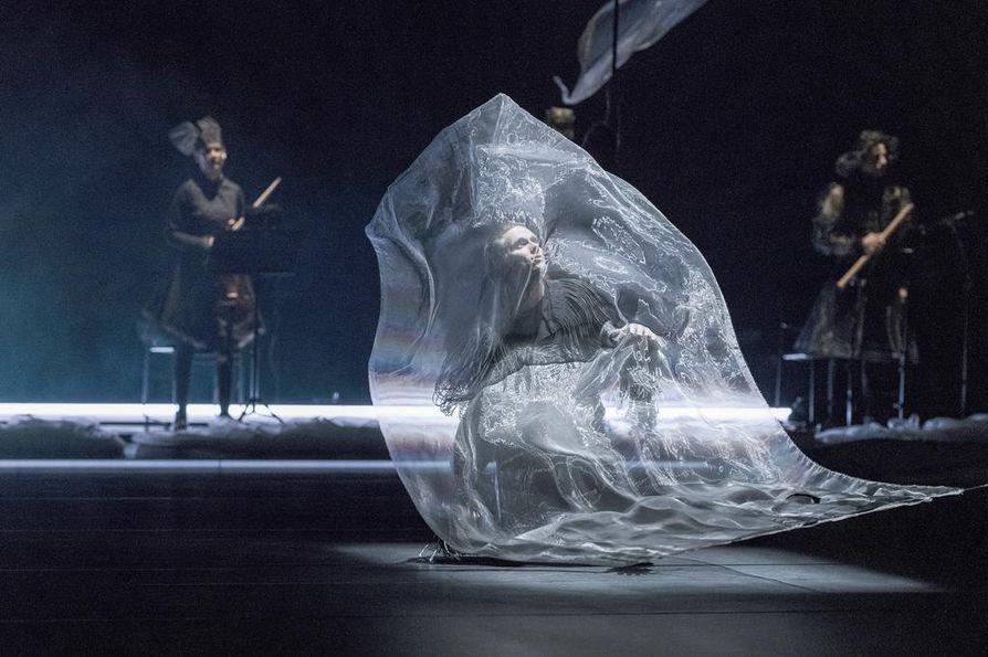 Monteverdin madrigaaleja tulkitsee upeasti tenori Topi Lehtipuu (kuvassa) Tero Saarisen teoksessa. Taustalla Helsingin Barokkiorkesterin muusikoita.