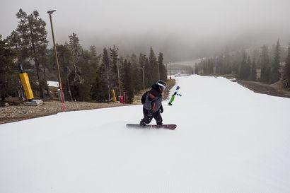 Ruka avasi talven laskettelukauden ensimmäisenä – tunturiin saapui avajaispäiväksi hento lumisade