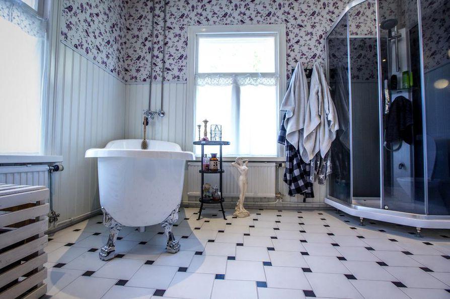 Kylpyhuone on suuri, sillä se tehtiin vanhaan makuuhuoneeseen. Joka perjantai on kylpypäivä, jolloin kamiinaan laitetaan tuli.