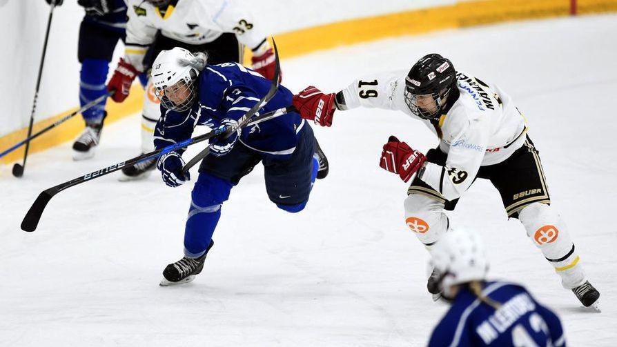 Hattutempun viimeistellyt Linda Välimäki (vas.) oli lauantaina pitelemätön Niina Mäkiselle ja muille Kärppien pelaajille.