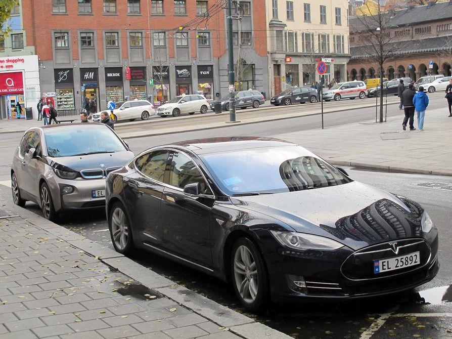 Teslan luksusluokan sähköauto Model S pysäköitynä Oslossa.
