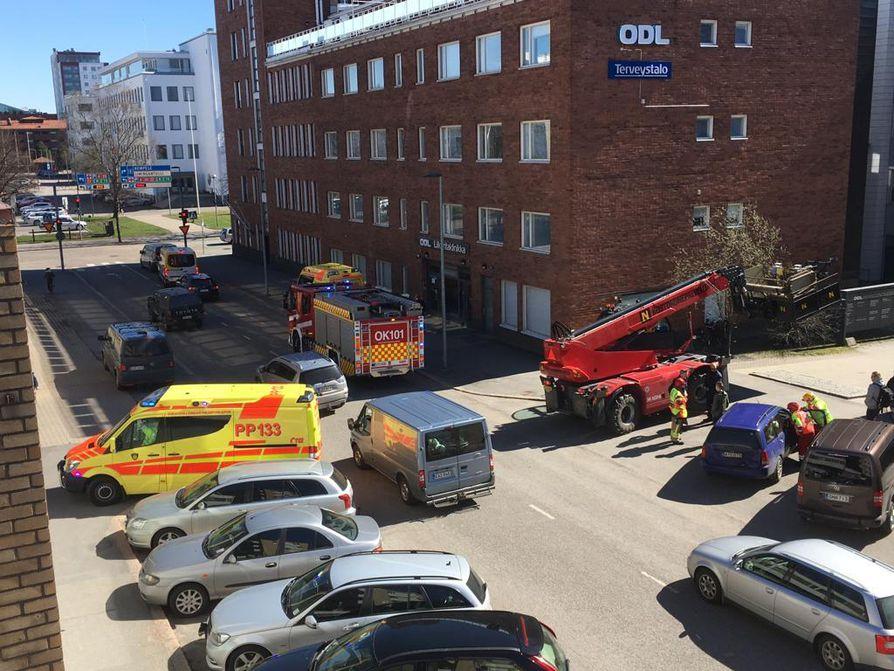 Oulun keskustan tuntumassa Albertinkadun ja Isonkadun risteyksessä sattui keskiviikkona iltapäivällä työkoneen ja henkilöauton kolari.