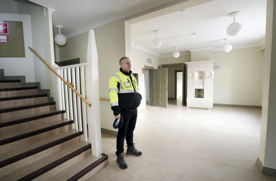 Merkinnällä sr-2 suojeltu kunnallissairaalan ylilääkärin asunto Tuiranpuistossa on ollut pitkään Oulun kaupungin terveys- ja sosiaalipalveluiden yksiköiden käytössä. Viimeksi se on ollut kulttuuriyhdistyksen väistötilana. Tekninen isännöitsijä Sakari Kela kertoo, että rakennus on myös kiinnostanut joitain yrittäjiä.