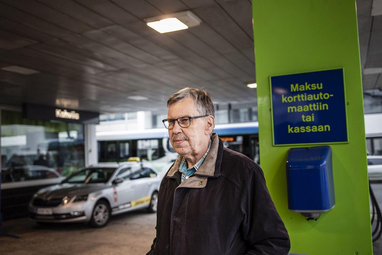 Juhani Kantola on käynyt aamukahvilla Kansankadun parlamentissa yli 50 vuotta – pieni huoltoasema kerrostalon alakerrassa on kummajainen, jolle povattiin loppua jo vuosikymmeniä sitten