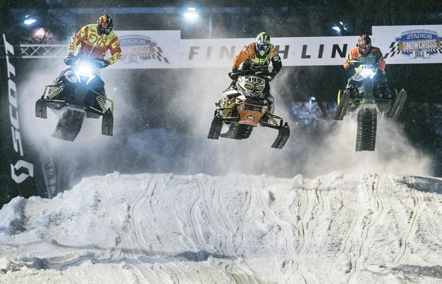 Snowcross on vauhdikas laji. Tässä kelkkaa lennättävät Per Vikman (vas.), Juuso Loukko ja Jomi Sonkamuotka.