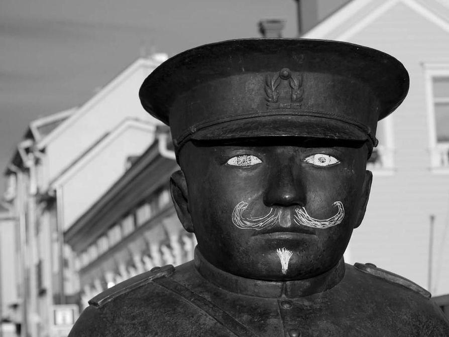Lukija kuvasi, kuinka Toripolliisi oli töhritty viime sunnuntaina.