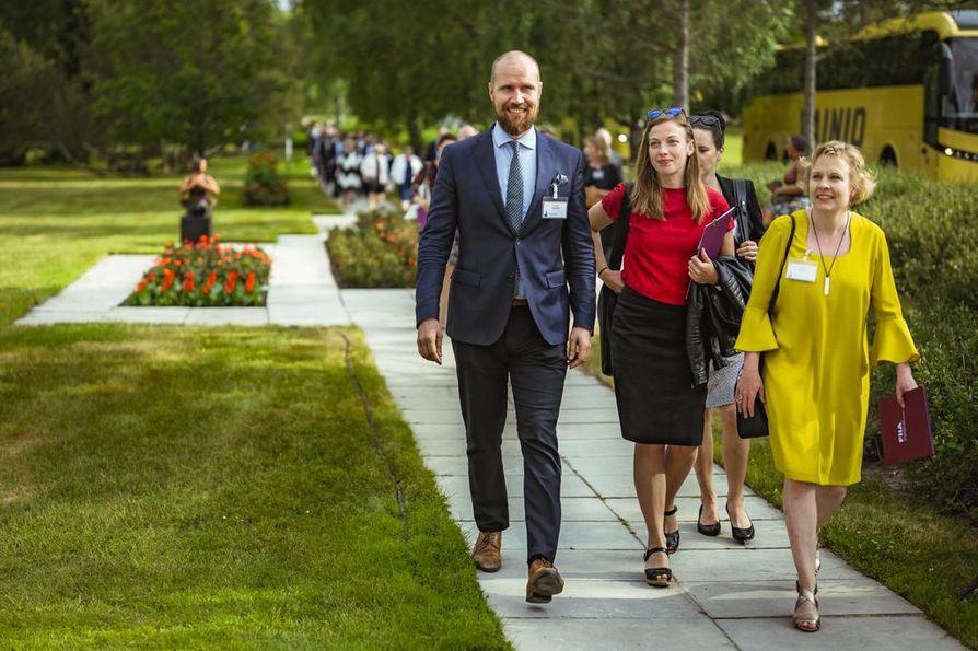 Naantalin Kultarantaan kerääntyy kahdeksi päiväksi maan eliittiä keskustelemaan ulko- ja turvallisuuspolitiikasta. Yleisössä ovat muun muassa kansanedustajat Touko Aalto, Li Andersson ja Pilvi Torsti.