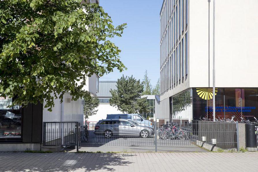 Korkein oikeus päätti viime joulukuussa, että Asunto Oy Pakkahuoneenkatu 5:n tontilta voidaan ajaa autoilla viereisen Asunto Oy Meriteeren tontin läpi joukkoliikennekadulle.
