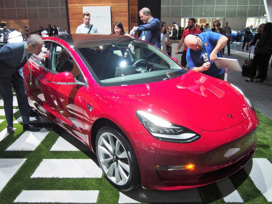 Tesla Model 3 oli esillä ensimmäistä kertaa autonäyttelyssä. Vakiomallissa on 50 kWh:n akku, jolla kantama on 360 kilometriä latauksella. Long Range –tehoversiossa akkukapasiteetti on nostettu 70 kWh:iin ja toimintamatka yli 500 kilometriin. Model 3:n hinnat USA:ssa alkavat 35¿000 dollarista.