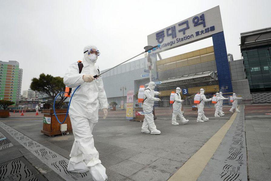 Pahimmillaan koronaviruksen leviäminen voi aiheuttaa maailmanlaajuisen talouskriisin. Kuvassa viranomaiset desinfioivat katuja Etelä-Koreassa