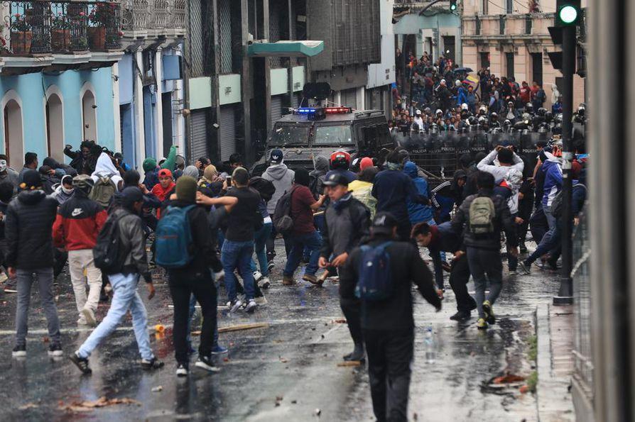 Mielenosoittajat ottivat yhteen poliisin ja turvallisuusjoukkojen kanssa Ecuadorin pääkaupunki Quitossa tiistaina.