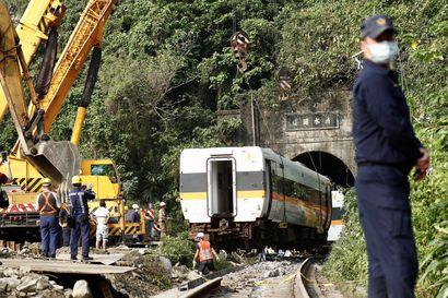 Taiwanissa syyttäjät haluavat pidättää työmaan johtajan ainakin 50 ihmishenkeä vaatineen junaturman vuoksi