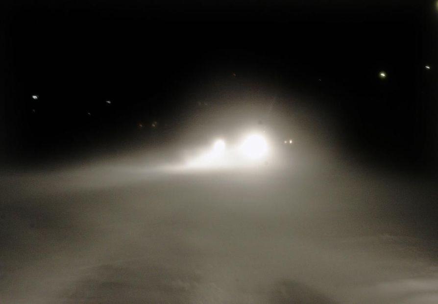 Lumisateen ja lumipeitteisten tienpintojen vuoksi ajokeli on huono tai paikoin erittäin huono Etelä- ja Keski-Lapissa sekä Koillismaalla.