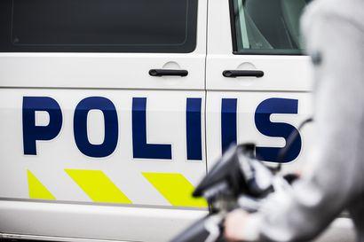 Autoilija törmäsi omakotitalon seinään Raahen keskustassa – kuljettaja pakeni paikalta