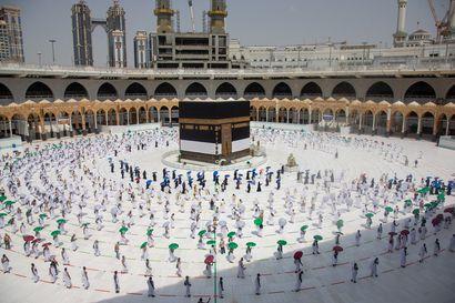 Pullotettua vettä ja turvavälit – muslimien pyhiinvaellus toteutuu koronasta huolimatta, mutta vain tuhannelle ja tiukoin rajoituksin