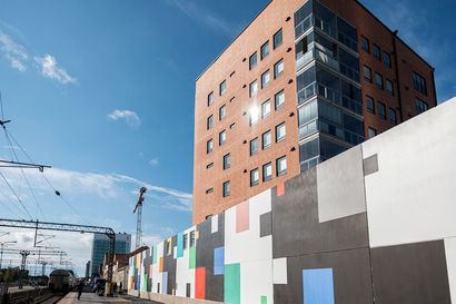 Asemalaitureille näkyvän muraalin ensimmäinen osa on nyt kaikkien katsottavissa – seinämaalauksen työstäminen jatkuu ensi kesänä