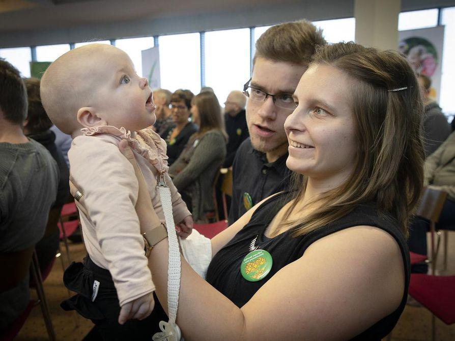 Marianna ja Juho Hyry Iistä kertoivat osallistuvansa ensi kertaa sellaiseen maatilayrittäjien koulutukseen, jossa käsitellään tilan ihmissuhteita ja hyvinvointia.  Välitä viljelijästä -päivässä oli mukana myös heidän  nuorin lapsensa, puolivuotias Minea.