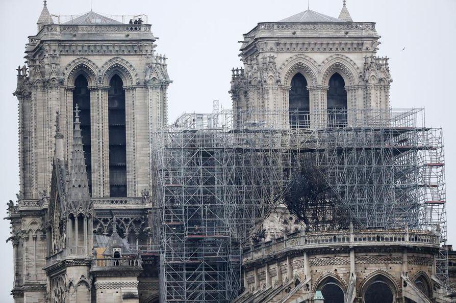 Notre Damen katedraali vaurioitui pahoin maanantai-iltana alkaneessa tulipalossa. Tulipalon arvellaan saaneen alkunsa rakennustyömaalta.