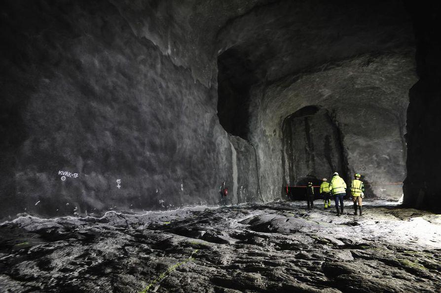 Suomessa ollaan ydinjätteen loppusijoituksessa pisimmällä maailmassa, ja siksi kansainvälinen kiinnostus on kovaa. Ydinjätekapselit lasketaan tähän Posivan 444 metrin syvyydessä sijaitsevaan kapselivarastoon ennen niiden siirtoa loppusijoitustunneleihin.