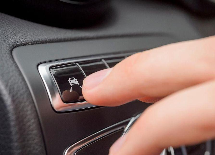 Kaista-avustin on yksi pakolliseksi ehdotetuista turvajärjestelmistä. Sen saa moniin nykyautoihinkin ainakin lisävarusteena.