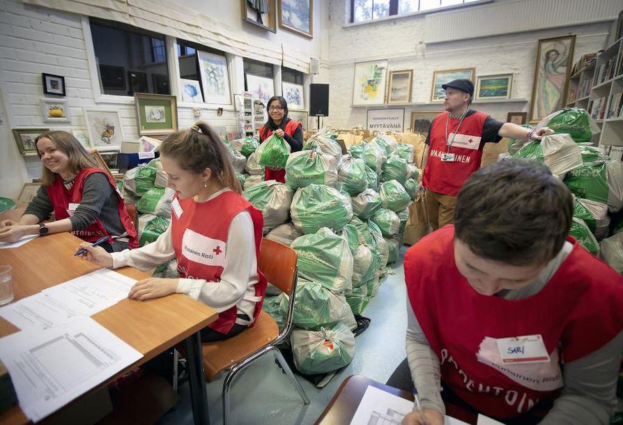 Makaronia, hernekeittoa ja muuta ruokaa sisältävät kassit odottivat apua tarvitsevia Toppila-Centerissä, jossa SPR jakoi EU:n ruoka-apua vähävaraisille maanantaina.
