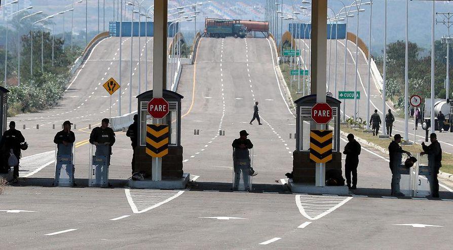 Venezuelalaiset joukot vartioivat tiistaina Kolumbian vastaista rajaa. Maat yhdistävälle Tienditas-sillalle on rakennettu esteitä, jotta humanitaarinen apu ei saapuisi maahan.