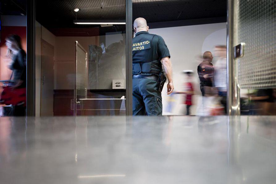 Berliinissä maanantaina väkijoukkoon rekalla ajanutta henkilöä etsitään edelleen. Suomen rajavartiolaitoksella ei ole syytä epäillä, että iskun tekijä pyrkisi Suomeen.