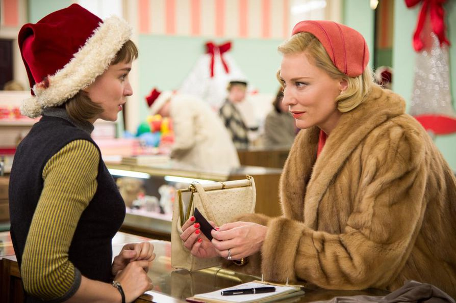 Rooney Mara ja Cate Blanchett kohtaavat tavaratalossa. Heidän suhteestaan kertova Carol on yksityiskohtia myöten hallittu elokuva.