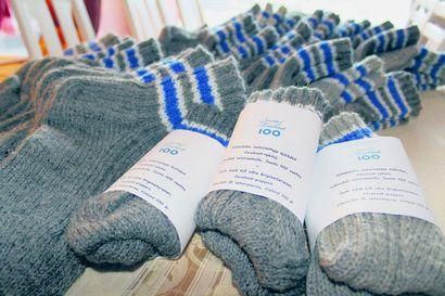 Veteraanisukkaprojekti päätökseen – pudasjärveläiset neuloivat 132 paria villasukkia