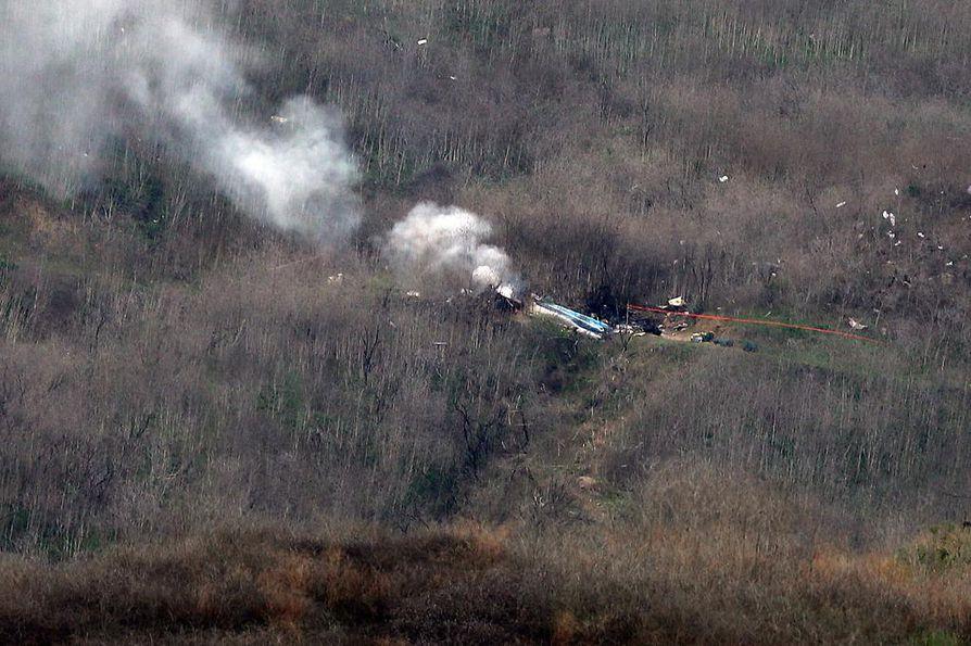 Turmahelikopterin jäänteet savusivat maastossa Los Angelesin lähistöllä.