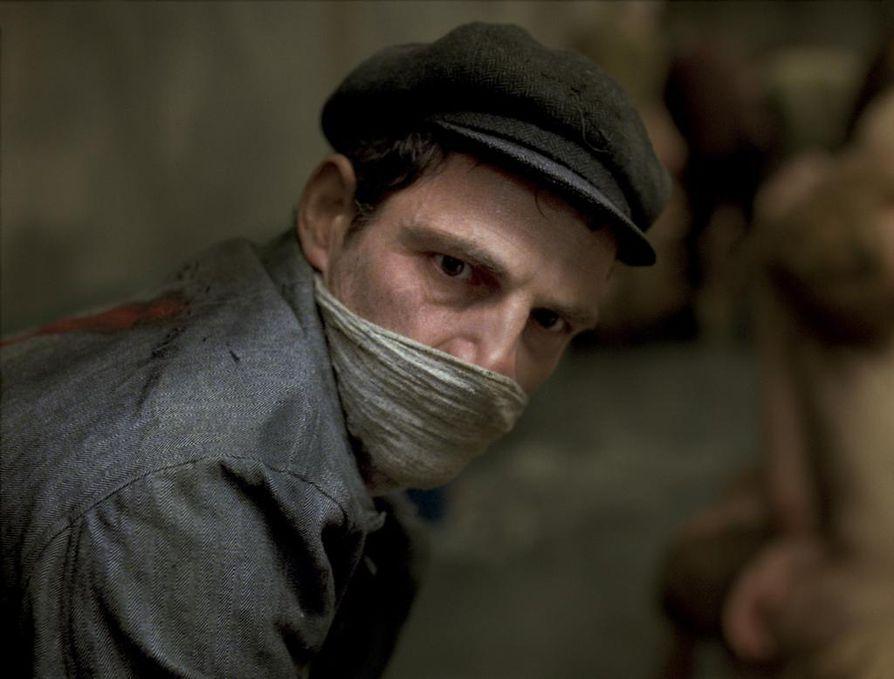 Géza Röhrig on pääosassa voimakkaassa ja hätkähdyttävässä Saulin poika -elokuvassa, joka kertoo Auschwitzin keskitysleirin vangista.