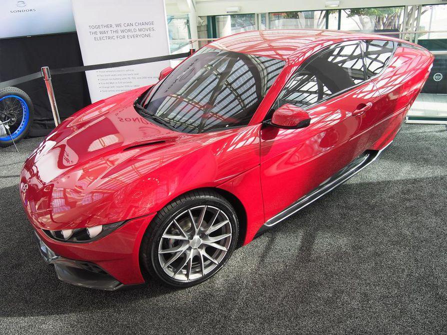 Kolmipyöräiset sähköajoneuvot ovat amerikkalaisten erityissuosiossa. Yksi uusista yrittäjistä on Sondors, Italiassa näyttäväksi muotoiltu kevyt sähköauton konseptimalli. Valmiina auton hinnaston luvataan alkavan 10¿000 dollarista. Saapa nähdä.