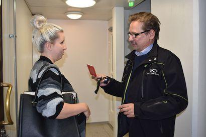"""Kouluverkkoillassa Annikalla oli mahdollisuus tarttua sivistysjohtajaa hihasta ja kysyä Määttälän koulun kohtalosta– Hämäläinen ei lupaa ruusuisia: """"Vuokratilaratkaisu on 130 000 euroa vuodessa"""""""