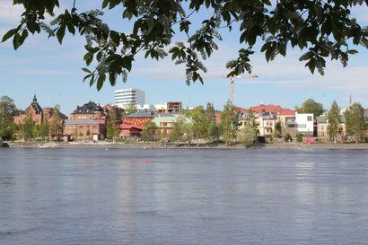 Normekin siltatyömaalla Uumajassa vakava onnettomuus – Osa rakenteilla olevasta sillasta romahti kesken asennuksen