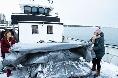 Mari Korhosen etätyöpiste keinuu ja huojuu aaltojen mukana – Suomessa laiva ei voi olla virallisesti asunto, mutta siellä saa oleilla ja tehdä töitä