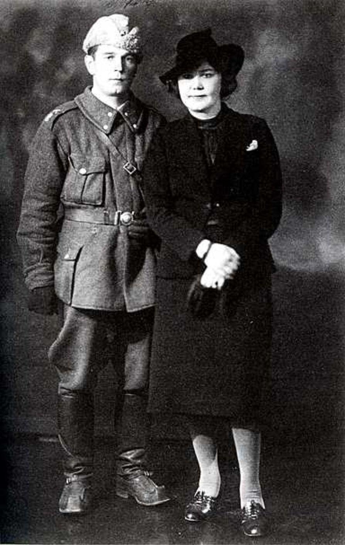 Yrjö ja Kirsti Jylhä kuvattuna ilmeisesti Tampereella luutnantti Jylhän toipumisloman aikana joulukuussa 1939.