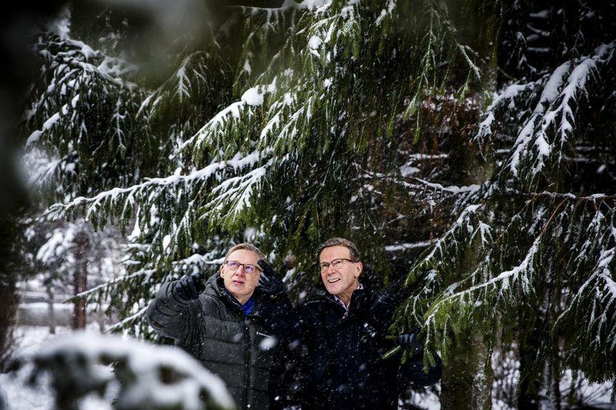 Metsähallituksen pääjohtaja Pentti Hyttinen (oik.) ja luontopalvelujohtaja Timo Tanninen lupaavat, että  toiminnassa paneudutaan aiempaa voimallisemmin ilmastonmuutoksen huomioimiseen ja  monimuotoisuuden köyhtymisen ehkäisemiseen.
