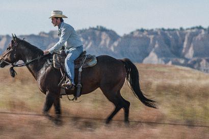 Päivän leffapoiminnat: Rodeomies herkistyy elämälle viiden tähden draamassa, jossa lähellä ovat hevoset ja ihmiset
