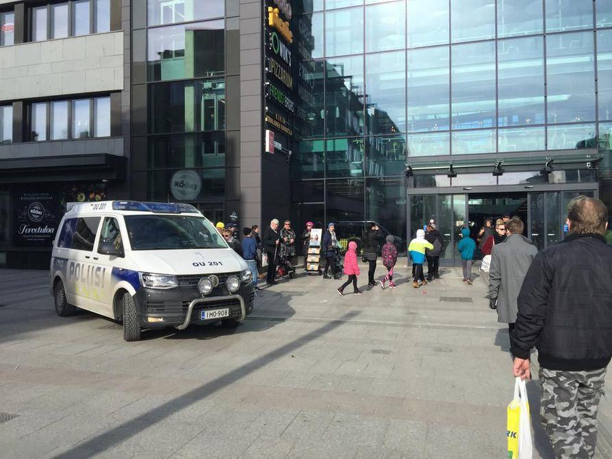 Poliisi partioi näkyvästi Oulun keskustassa lauantaina.