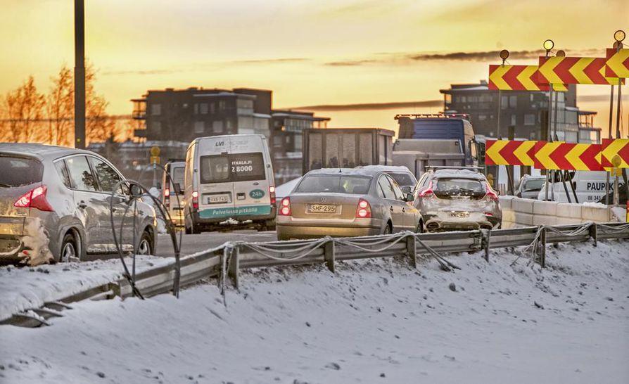 Liikenne ruuhkautui erittäin pahoin keskiviikkoaamuna Pohjantiellä Laanilan kohdalla.
