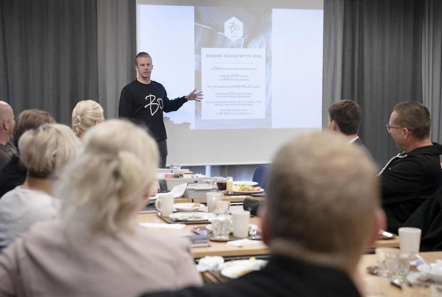 Kerran viikossa kokoontuvan BNI-ryhmän liikekumppanit saavat vuorotellen esitellä toimintaansa kymmenminuuttisen verran. Tällä kertaa vuorossa oli Bo LKV:n Toni Haapakoski.