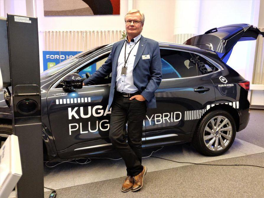 Hannu Pärssinen tietää jo, paljonko ladattavia Fordeja pitäisi Suomeen myydä tänä vuonna. Takana olevan Kugan hinta alkaa 40 000 euron tietämistä.