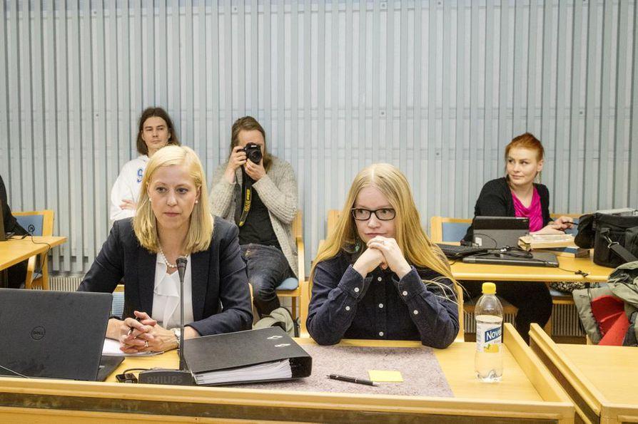 Toimittaja Johanna Vehkoo kiisti oikeudessa häntä vastaan nostetut syytteet.
