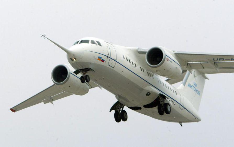 Joulukuussa 2004 ensilentonsa tehnyt AN-148 on lyhyen ja keskipitkän matkan kaksimoottorinen suihkukone. Arkistokuva vuodelta 2004.