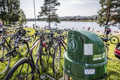 Siivottavaa riittää – Kesä ja matkustaminen näkyvät täyteen ahdettuina roska-astioina kaupungeissa ja tienvarsilla