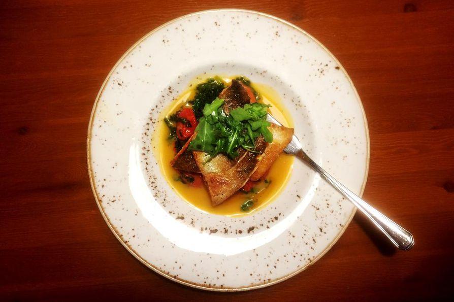 Pannussa nieriäannoksen kanssa kannetaan pöytään oikea kalaveitsi.