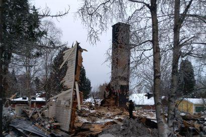 Omakotitalo paloi täysin Kemissä – Läheisten talojen asukkaat evakuoitiin aamuyöllä