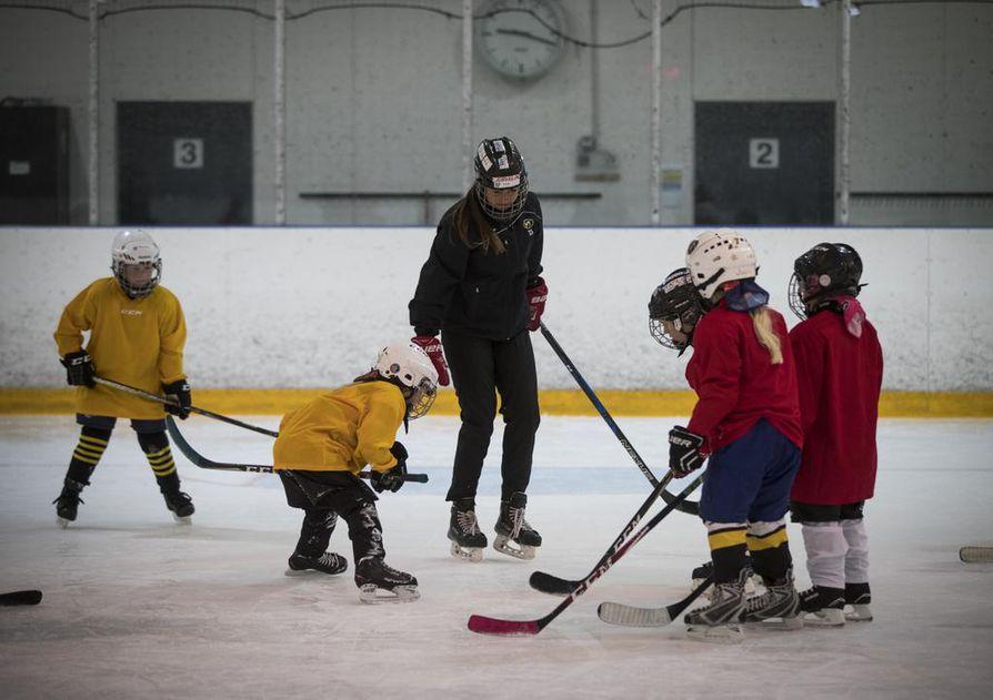 Nuoret tyttökiekkoilijat aloittivat leirin jääharjoituksella Raksilassa. Ohjeita jakoivat Kärppien naisten edustusjoukkueen pelaajat, joista tässä kiekon pudottaa jäähän Ella Välikangas.