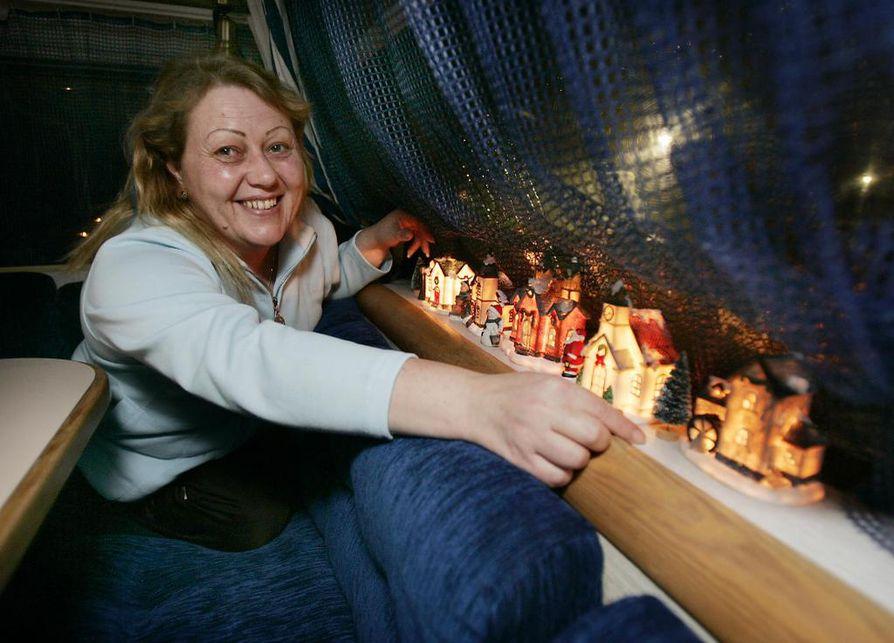 Asuntovaunussa nautitaan tunnelmavalaistuksesta, jonka Karita Autti loihtii.