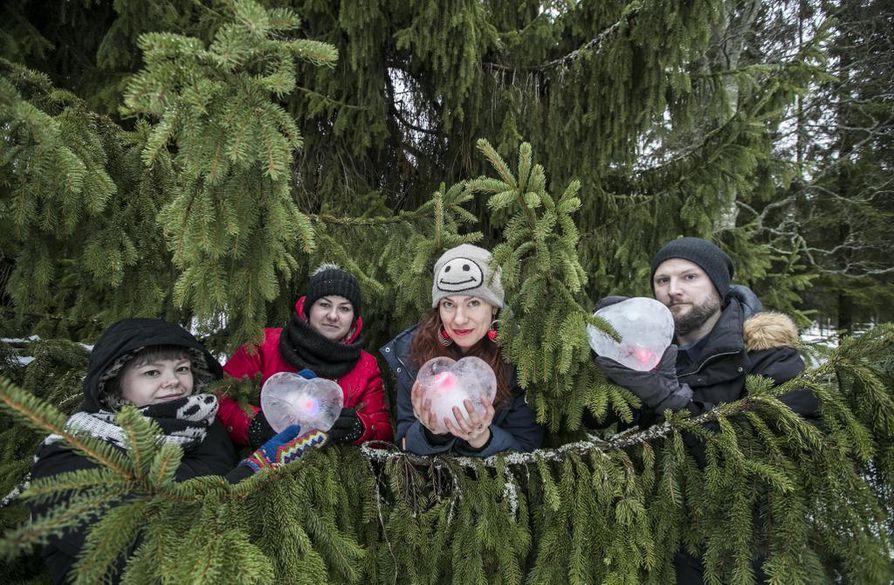 Melting Hearts -valotaideteoksen performanssityöryhmässä ovat mukana Jenni Hiltunen (vas.), Sanna Kuusirati, Anna Koivukangas ja Sami Hänninen.